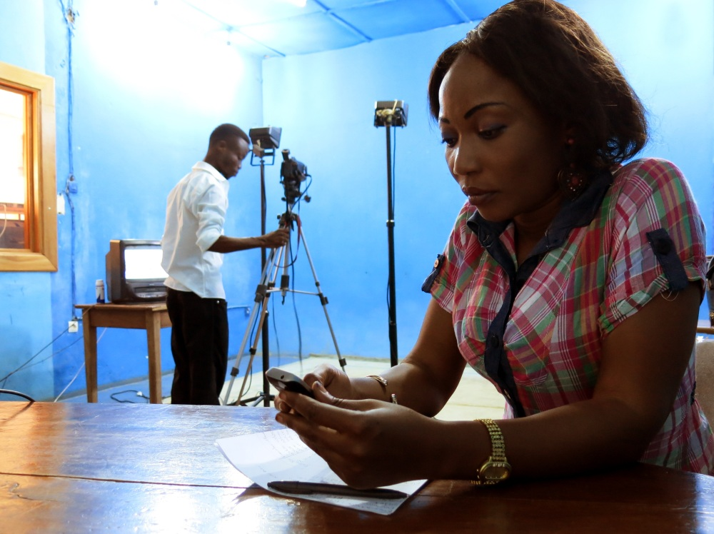 Im Studio: Moderatorin Fifi Loali bereitet ihre Sendung vor
