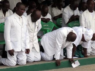 Würdenträger der Kirche im Gebet vertieft