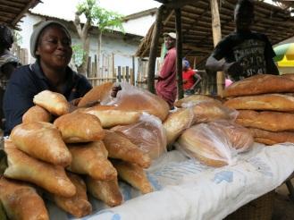 Auch das Getreide für das Backen von Brot wird oft importiert. Die klassische Ernte der Landwirte besteht jedoch aus Erdnüssen, Maniok und Mais