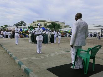 Fast schon Knochenarbeit: Drei Stunden lang muss der Repräsentant in Kinshasa immer wieder aufstehen, als die salutierenden Massen an ihm vorbeiziehen