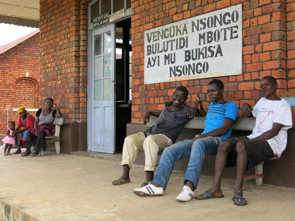 """Neben dem Empfang des Krankenhauses steht in der Regionalsprache Kiombe """"Vorbeugung ist das beste Heilmittel"""""""