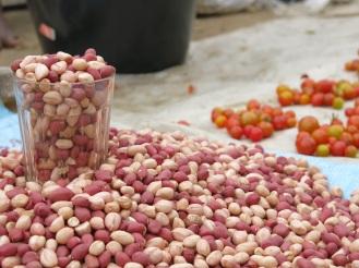 Die Erdnuss- und Tomatenverkäuferin kann sich keinen eigenen Stand leisten. Sie breitet ihre Waren auf einem Tuch aus - und misst mit Gläsern à 200 Fr (15 Cent) ab