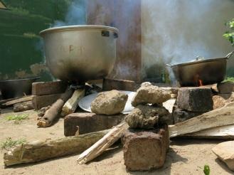 Zubereitet wird unter freiem Himmel auf offenem Feuer mit Holz aus den Wäldern