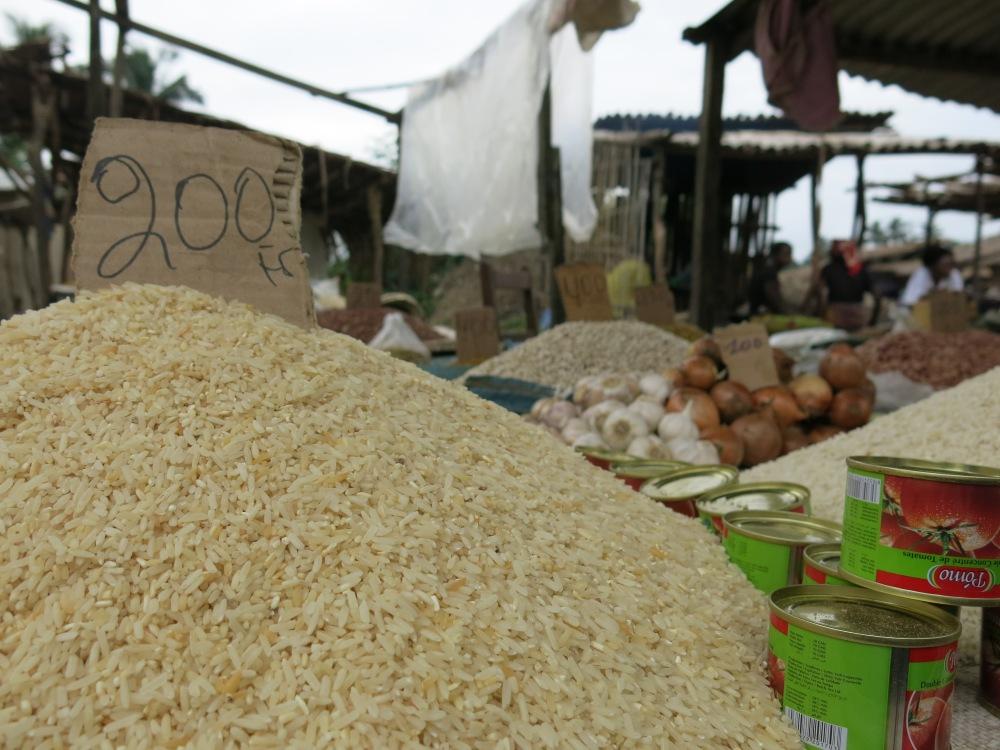 Einmal in der Woche findet  der Markt im Zentrum des Städtchens Nsioni statt 9.3.