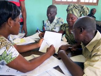 """Ausgeblidete """"Infirmiers"""" kümmern sich um die medizinische Grundversorgung in den Dörfern. Regelmäßig reisen sie in das Krankenhaus um gemeinsam die Arbeit zu dokumentieren"""