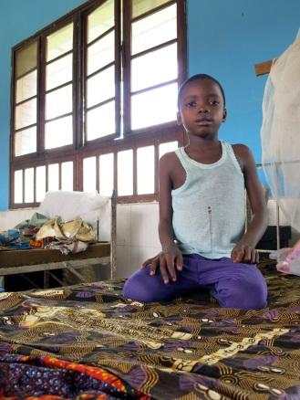 Wenn Krankheiten wie Malaria oder Tuberkulose sehr ernst sind, werden die Kinder aus den Dörfern in das Zentrum verlegt - aber selten allein: Mütter, Tanten und Geschwister reisen mit, kochen, waschen und pflegen