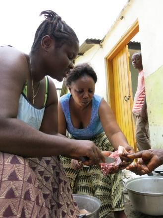 Kochen ist Frauensache - selten allein und meistens draußen. Ausnahmen sind zum Beispiel angestellte männliche Köche