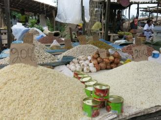 Viele Kongolesen essen täglich Reis. Trotzdem wird er meistens aus Ländern wie Pakistan importiert - obwohl die Bedingung zum Reisanbau im Land gut sind