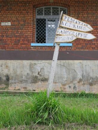 Ein Wegweiser zeigt den Patienten und Besuchern den Weg zu einem Dutzend Backsteinhäusern