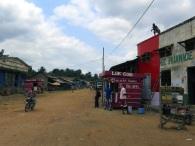 Angekommen: Seitenstaße im Zentrum des Städtchens Nsioni