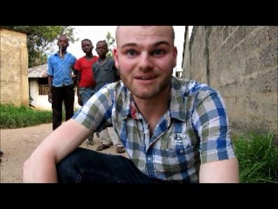 In einer kleinen Seitenstraße vor Dr. Courtejoies Haus; Nzioni in Kangu, Bas-Congo