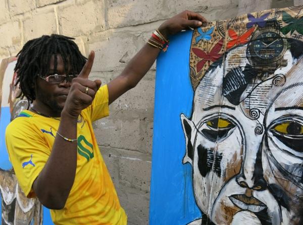 """Aicha Muteba in seinem """"Atelier"""" - einem kleinen Hinterhof zwischen einstöckigen Hütten im Zentrum Kinshasas"""