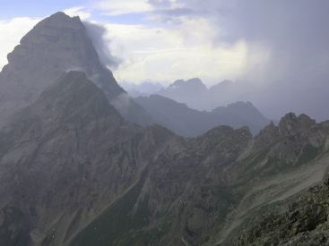 Faszinierendes Naturschauspiel: Gewitter, aus einem Felsvorsprung beobachtet