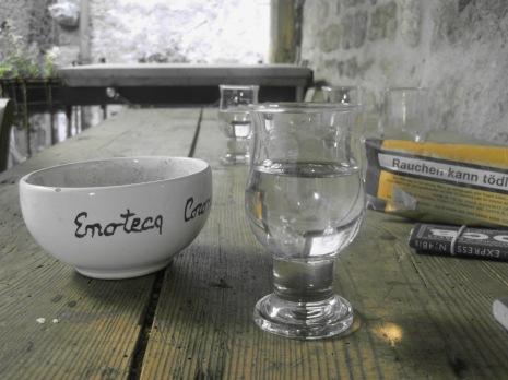 """Besser kann Grappa nicht schmecken als im """"Hard Rock Café Erto"""", wie wir die Dorfschenke nach dem großartigen Musikgeschmack der Kellnerin benannt haben"""
